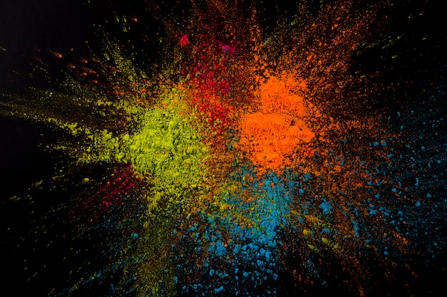 Gros plan, poudre, multicolore, explosion, surface noire Photo gratuit