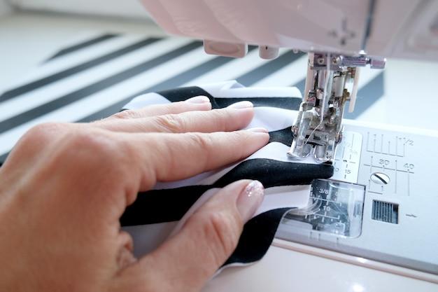 Gros Plan Sur Le Processus De Couture Photo Premium
