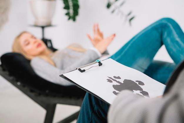 Gros Plan, Psychologue, Diagnostic, Tache D'encre, Test, Rorschach, De, Sa, Patiente, Coucher Divan Photo Premium