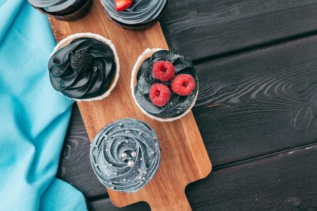 Gros plan de quelques cupcakes gourmands et décadents givrés avec une variété de saveurs de glaçage Photo Premium