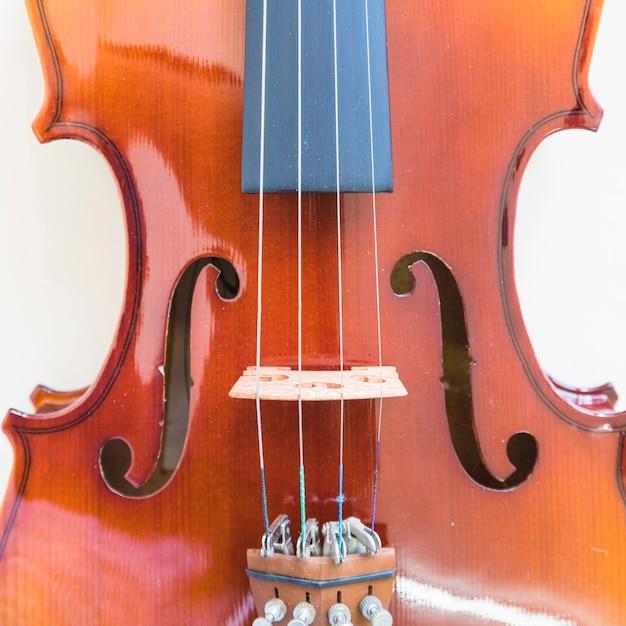 Gros plan de réglage de cordes de réglage d'un violon Photo gratuit