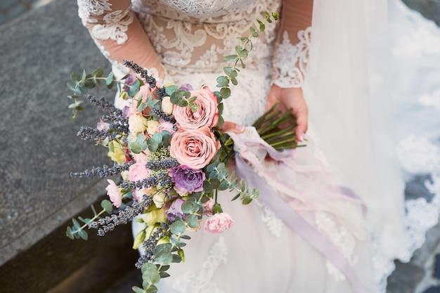 Gros plan, de, rose, violet, bouquet mariage, dans, mains mariée Photo gratuit
