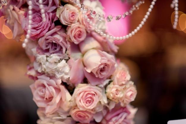 Gros plan de roses roses mis sur le bougeoir Photo gratuit