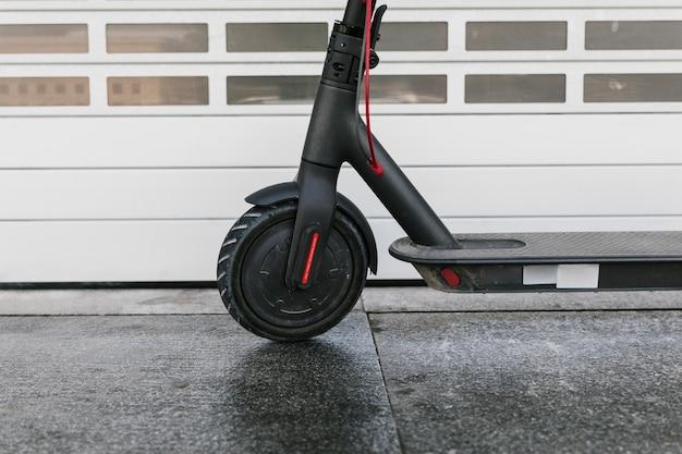 Gros plan roue avant e-scooter Photo gratuit