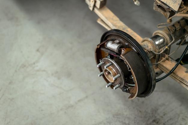 Gros plan de roues changeantes sur un garage automobile avec flou artistique Photo Premium