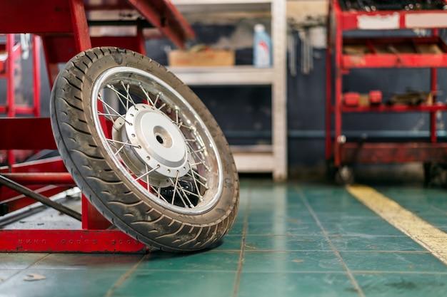 Gros plan de rouille sur la réparation de roue de moto Photo Premium