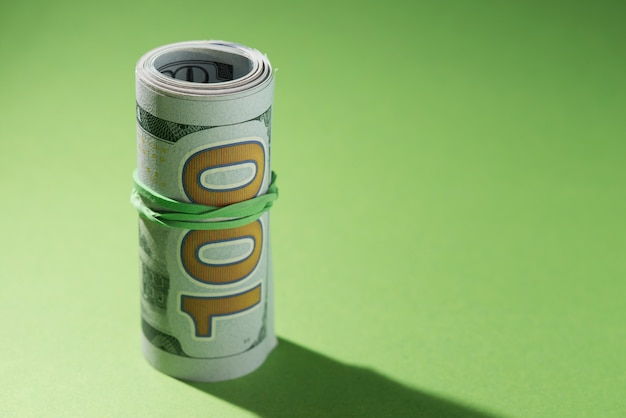 Gros plan, roulé, billets banque, sur, vert, fond Photo gratuit
