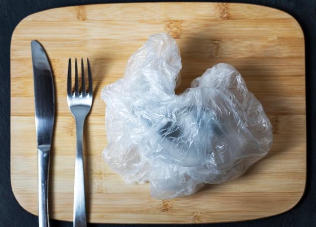 Gros plan d'un sac en plastique froissé comme une assiette Photo Premium