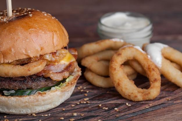 Gros plan d'un savoureux burger avec des snacks. Photo Premium
