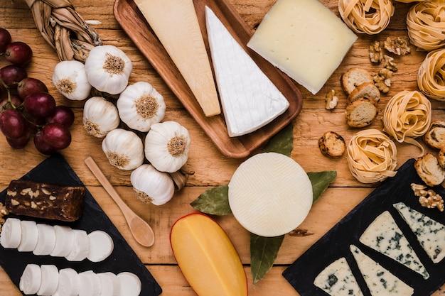 Gros plan, de, savoureux, cru, nourriture, sur, table bois Photo gratuit