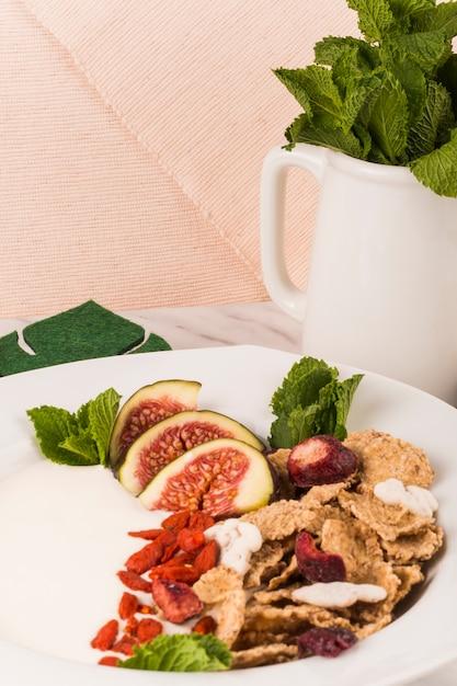 Gros plan, de, savoureux, nourriture, sur, plaque, près, menthe, feuilles, dans, cruche Photo gratuit