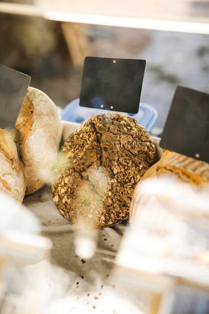 Gros plan, de, savoureux, pain, vente, sur, stalle marché Photo gratuit
