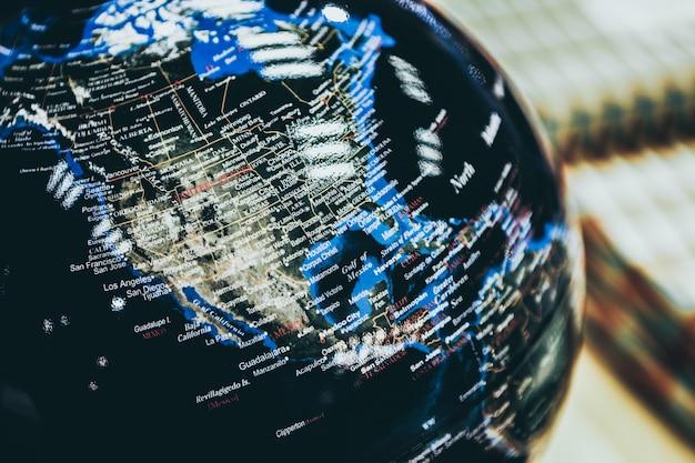 Gros Plan Sélectif D'un Globe Noir Photo gratuit