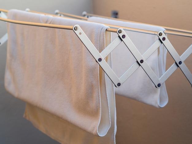 Gros plan des serviettes blanches séchant sur la ligne Photo gratuit