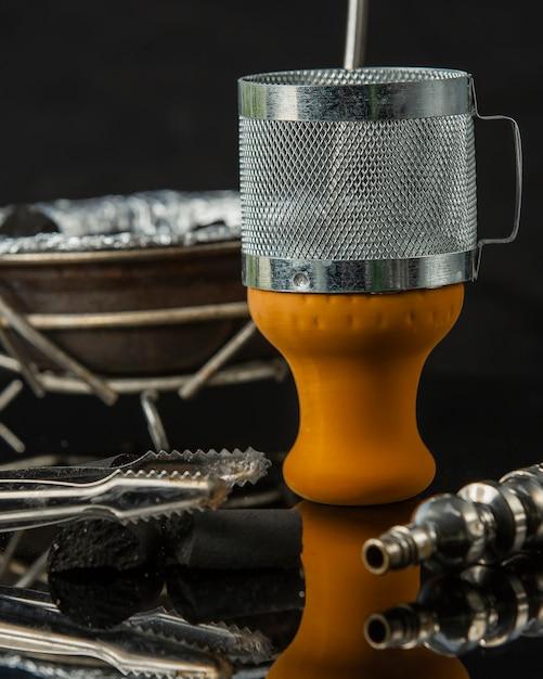 Gros plan de shisha morceaux orange bol de charbon de bois et tuyau Photo gratuit