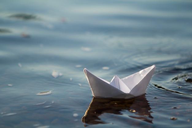 Gros Plan Simple Petit Blanc Origami Papier Bateau Flotter Tranquillement Bleu Clair Riviere Eau Mer Sous Clair Ete Ciel Concept De Liberte De Reves Et De Fantasmes Fond De Fond Photo