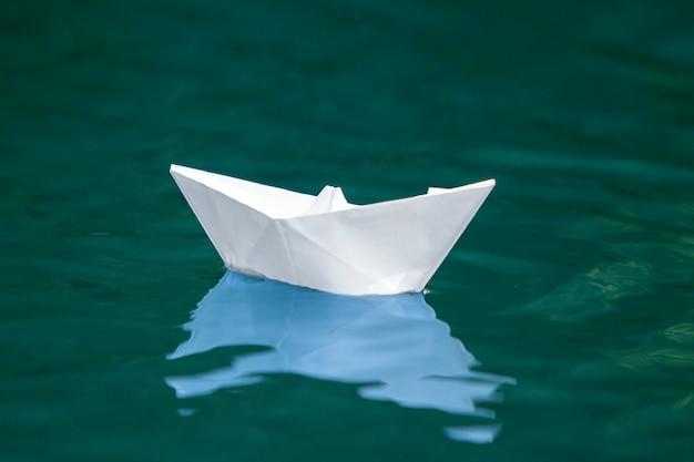 Gros Plan Simple Petit Blanc Origami Papier Bateau Flotter Tranquillement Bleu Clair Riviere Eau Mer Sous Clair Ete Ciel Concept De Liberte De Reves Et De Fantasmes Fond Photo Premium