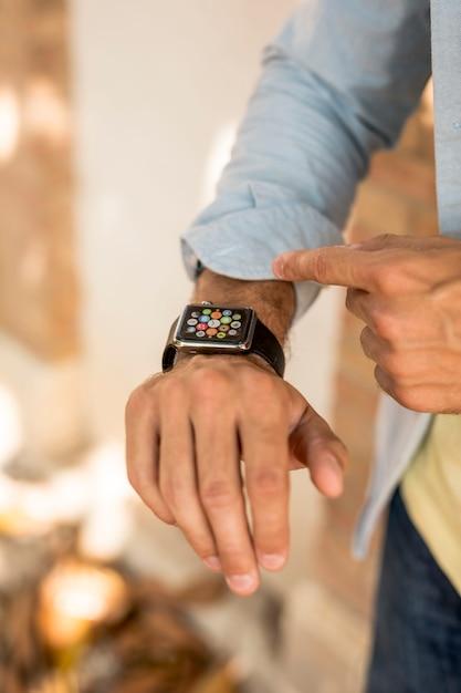 Gros plan, de, smartwatch, sur, main homme Photo gratuit