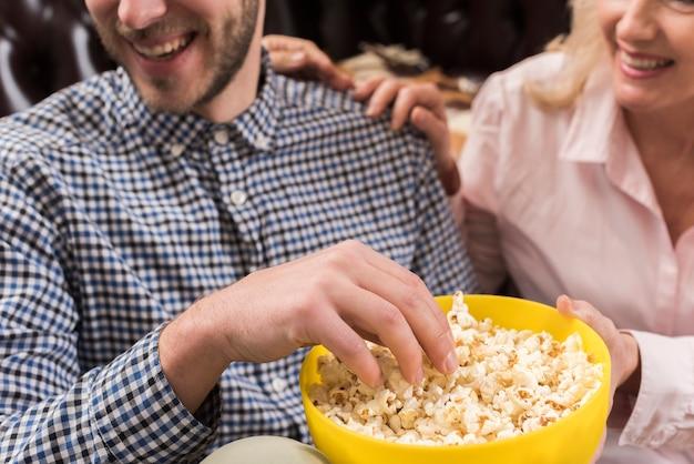 Gros Plan, Smiley, Homme, Tenue, Pop-corn, Bol Photo gratuit