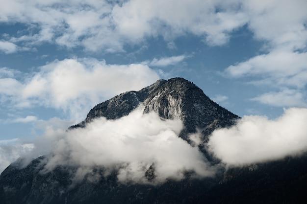 Gros Plan D'un Sommet De Montagne Partiellement Couvert Par Les Nuages Photo gratuit