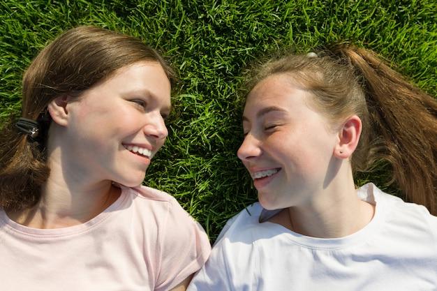 Gros plan, sourire, jeunes filles Photo Premium
