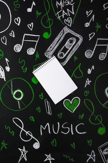 Gros plan, de, spirale, bloc-notes, sur, audio, équipements, dessiné, sur, tableau noir Photo gratuit