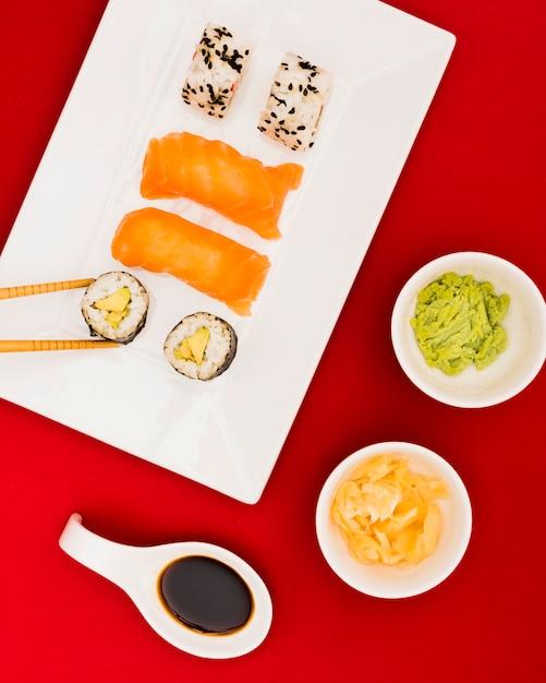 Gros plan, sushi, rouleaux, et, sashimi, servi, à, wasabi; cornichon au gingembre et sauce soja Photo gratuit