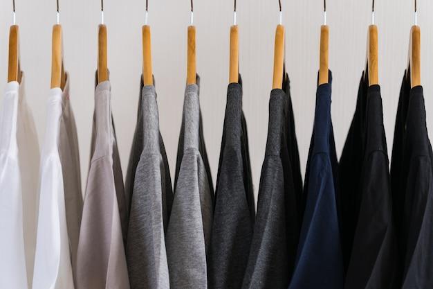 Gros Plan De T-shirts Sur Des Cintres, Fond De Vêtements Photo Premium