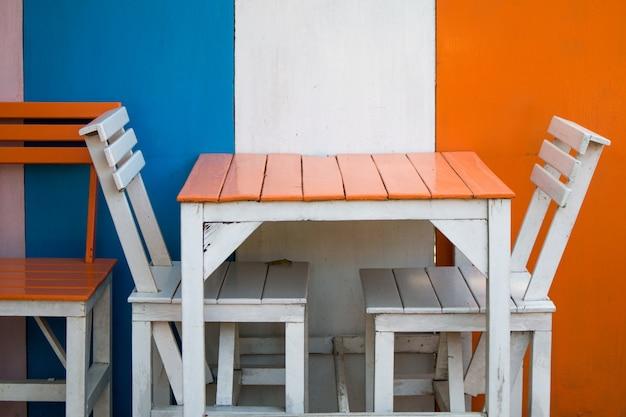Gros plan d'une table à manger bleue dans l'aire de restauration Photo Premium
