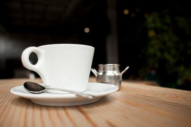 Gros plan, de, tasse café, sur, table, à, café Photo gratuit