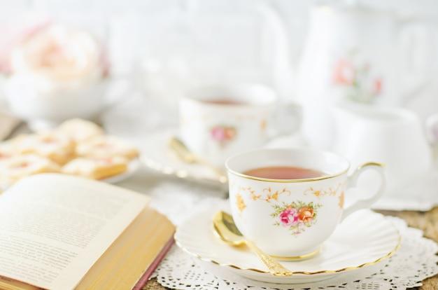 Gros Plan D'une Tasse De Thé Sur La Table Avec Ton Vintage Photo Premium