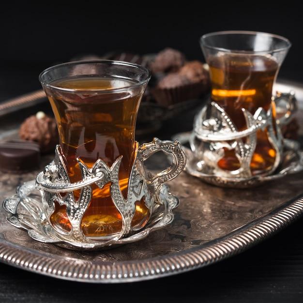 Gros plan de tasses de thé sur le plateau d'argent Photo gratuit