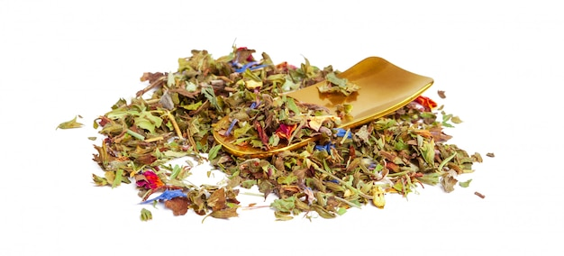 Gros plan de tisane naturelle faite de diverses herbes séchées en vrac isolées Photo Premium
