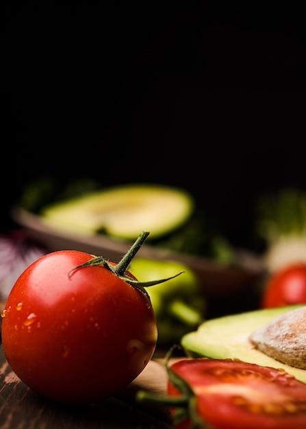 Gros Plan Tomate Et Arrière-plan Flou Foncé Photo gratuit