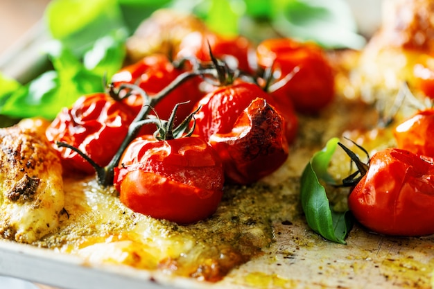 Gros plan de tomates au four sur une tarte Photo Premium