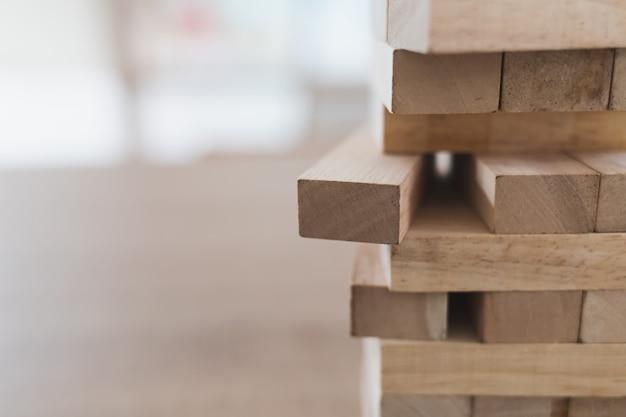 Gros plan de la tour de blocs de bois (jenga) et espace de copie, vue latérale Photo Premium