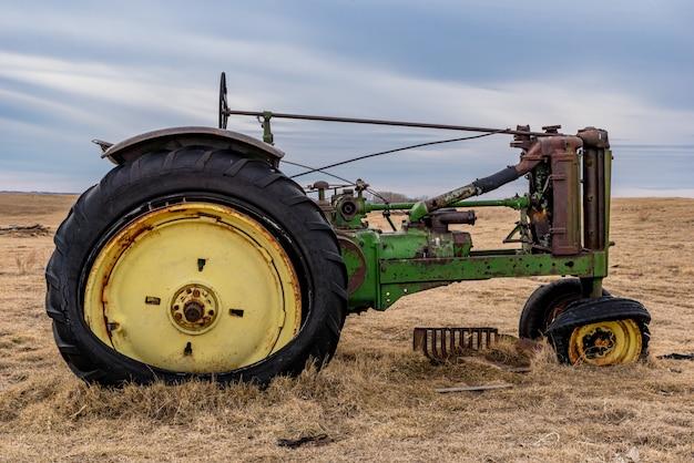 Gros Plan D'un Tracteur D'époque Abandonné Dans Un Pâturage Dans Les Prairies De La Saskatchewan Photo Premium
