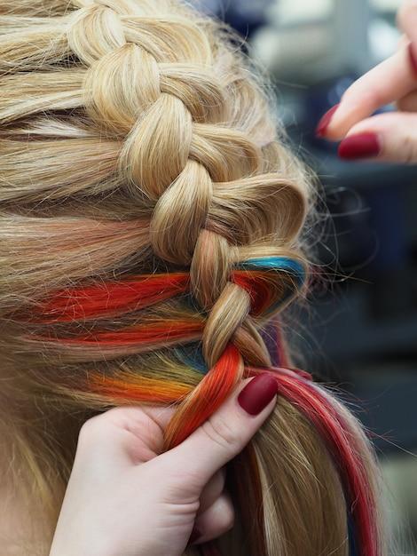 Gros Plan De Tressage. Cheveux Arc-en-ciel En Tresse. Photo Premium