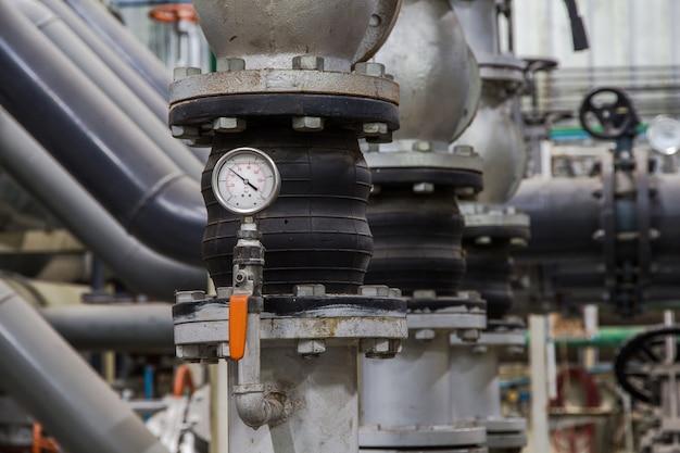 Gros plan de tuyaux industriels et mesureur de compression, manomètre Photo Premium