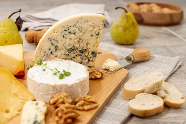 Gros plan variété de fromage et fruits Photo gratuit