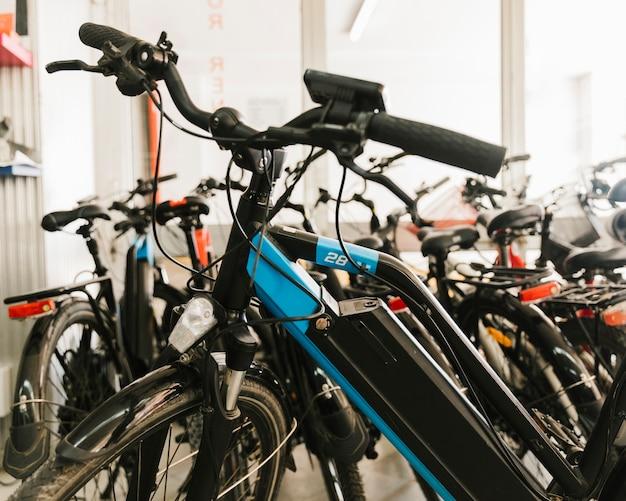 Gros plan d'un vélo électrique dans un magasin de vélos Photo gratuit