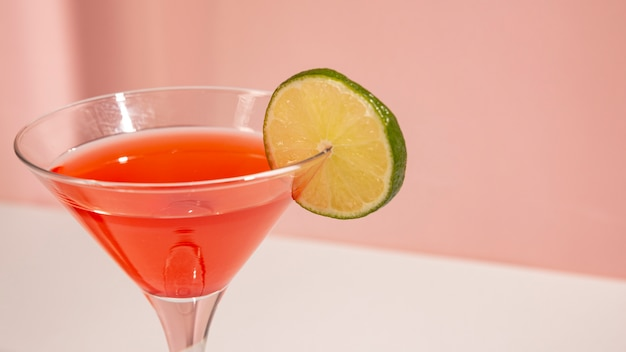Gros plan, verre cocktail, à, tranche citron Photo gratuit