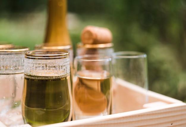 Gros Plan, De, Verres Champagne, Dans, Caisse Bois Photo gratuit