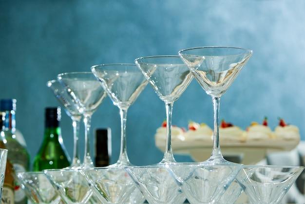 Gros Plan De Verres à Martini Vides Sur La Table De Fête Photo Premium