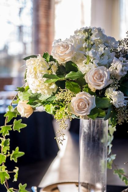 Gros Plan Vertical D'un Beau Bouquet De Mariage Avec De Magnifiques Roses Blanches Photo gratuit