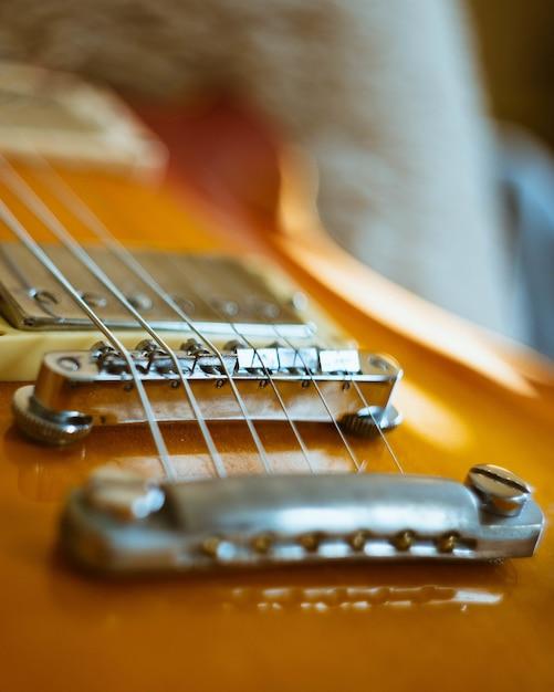 Gros Plan Vertical D'une Guitare électronique Marron Photo gratuit