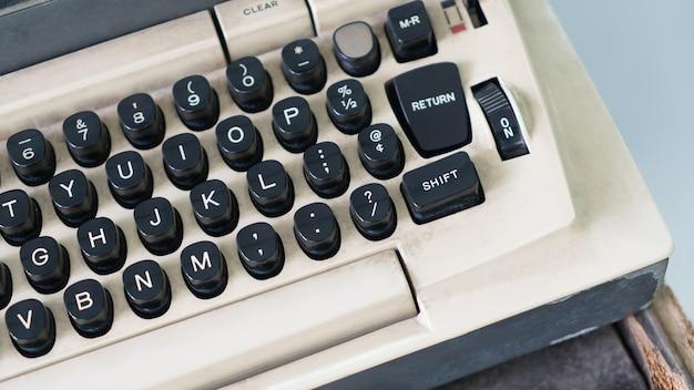Gros plan d'une vieille machine à écrire rétro. Photo Premium