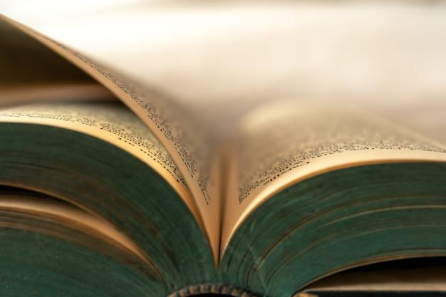 Gros plan de vieux livres actuellement ouverts. Photo Premium