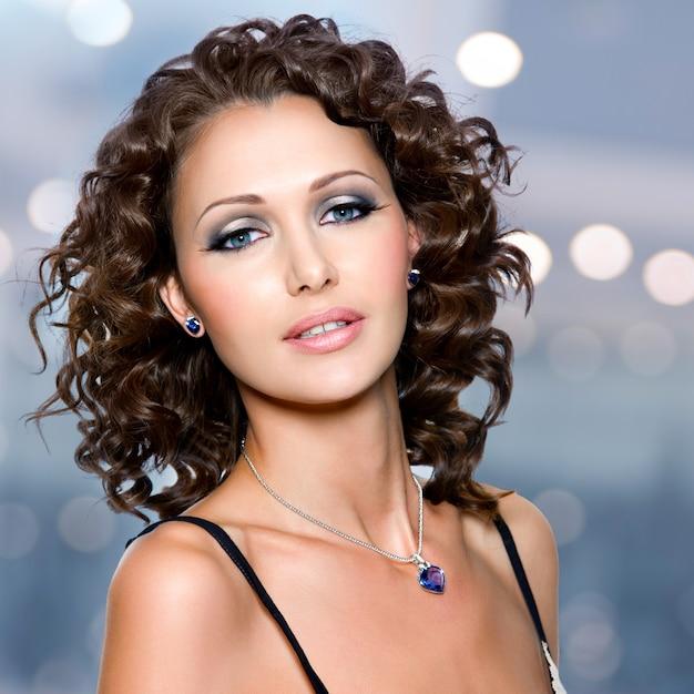 Gros Plan Visage De Belle Femme Adulte Avec De Longs Poils Bouclés Posant Photo gratuit