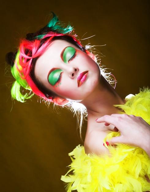 Gros plan d'un visage d'une fille au visage créatif Photo Premium
